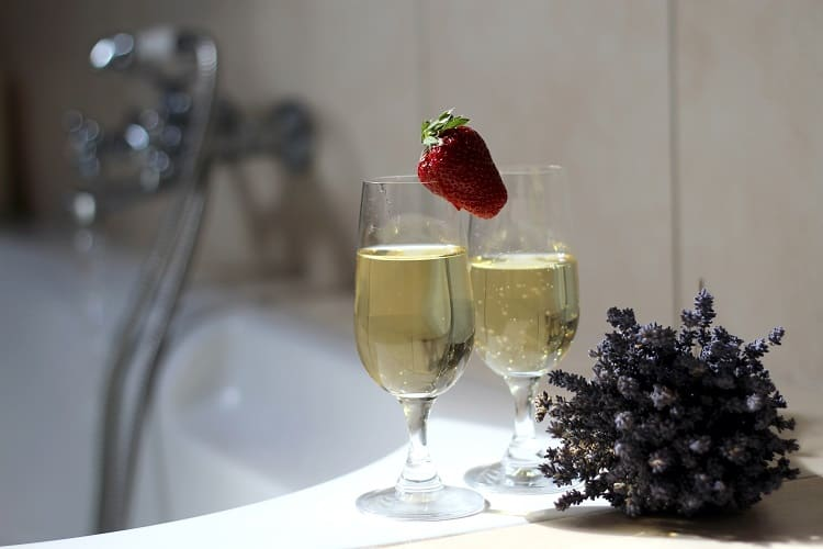 Must Do's For A Perfect Romantic Getaway - Champagne in the Bath