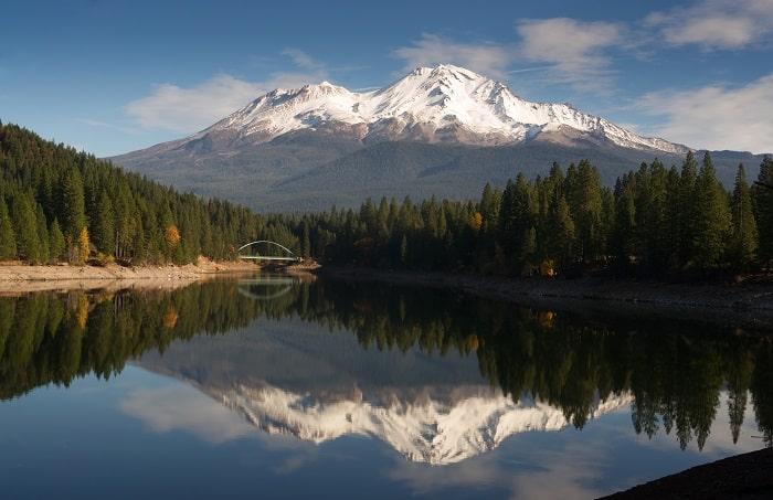 Mount Shasta standing above beautiful Lake Siskiyou